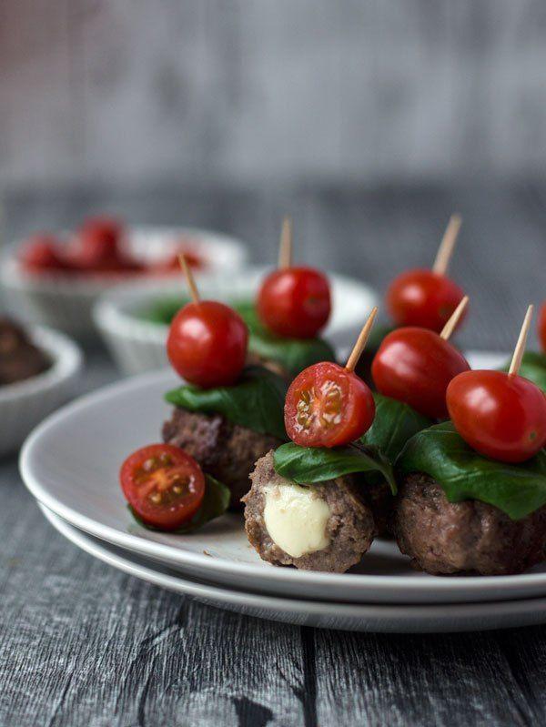 super leckere, saftige gefüllte Meatballs / Hackbällchen mit Mozzarella. Caprese Art mit Tomaten und Basilikum. Das perfekte Fingerfood für´s Buffet.