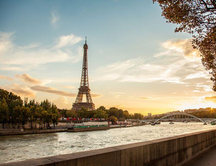 Es un emblema no solo de su ciudad, París, y de todo Francia, sino quizás de Europa entera. Recibió el nombre de su construcción Gustave Eiffel, que la proyectó en 1889 para la Feria Mundial que iba a celebrar el centenario de la revolución francesa. Su edificación duró 2 años, 2 meses y 5 días y, aunque fue diseñada para durar solo 20 años, va a cumplir siglo y medio (gracias a las frecuentes restauraciones).