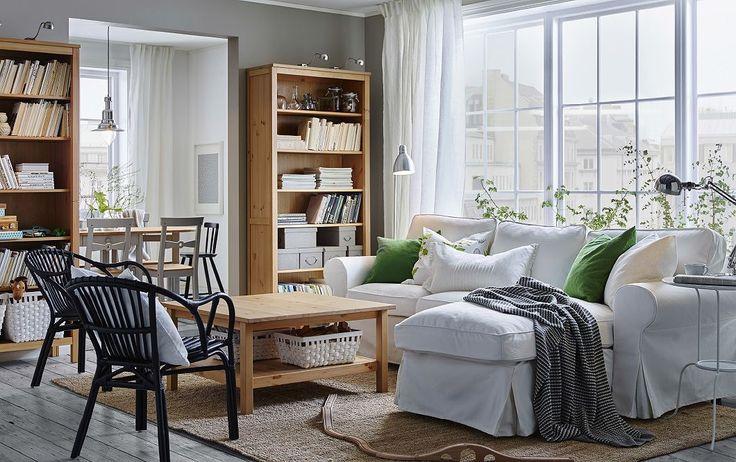 Soggiorno con divano a 2 posti bianco con chaise-longue, sedie in rattan nere, tavolino e librerie in marrone chiaro – IKEA