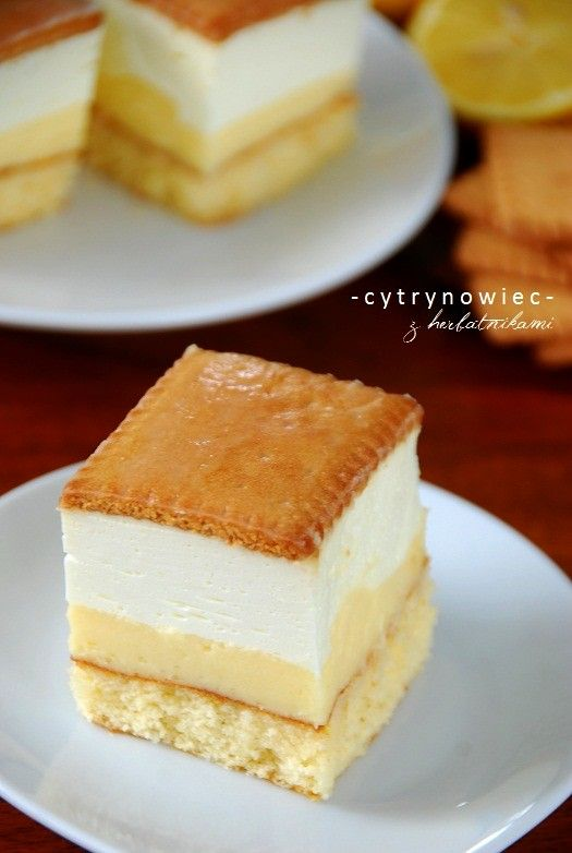 <p> Nie macie pomysłu na weekendowe ciasto, a lubicie cytrynowe smaki? Jeśli tak, to polecam pyszne orzeźwiające ciasto na biszkopcie z intensywnie cytrynową masą budyniową i pianką cytrynową ze śmietany kremówki i serka mascarpone. Wierzch zdobią herbatniki polane lukrem (oczywiście cytrynowym). Ciasto jest lekko kwaskowate, ale przy tym idealnie słodkie …</p>