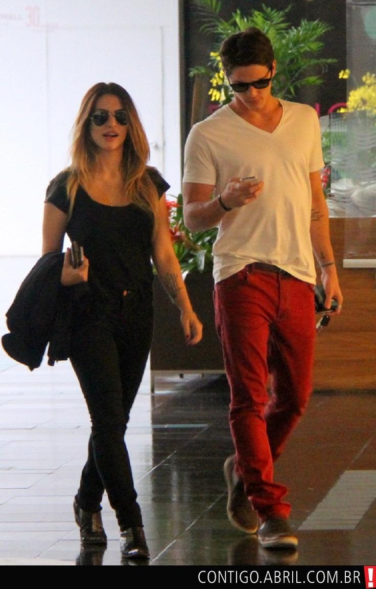 Cleo Pires passeando no shopping do Rio de Janeiro com o namorado Romulo Neto.