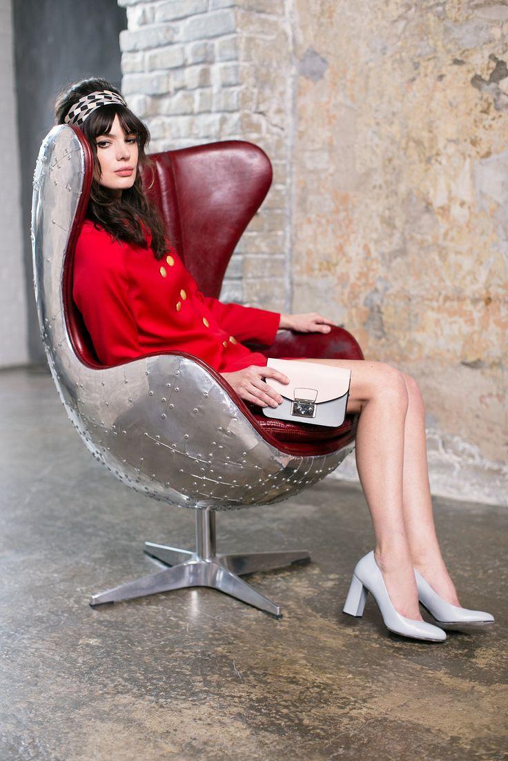 Изысканный серый: стильные туфли на устойчивом каблуке и изящный колор-блок миниатюрной сумочки