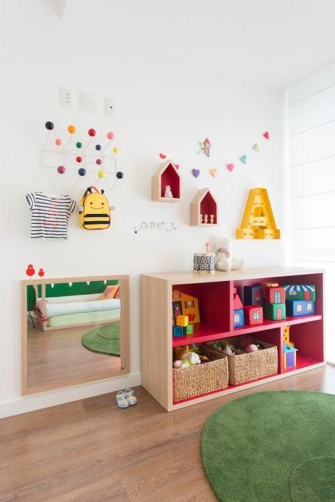 Quarto montessoriano com cama casinha e adesivo de grama for Cuartos para ninas montessori