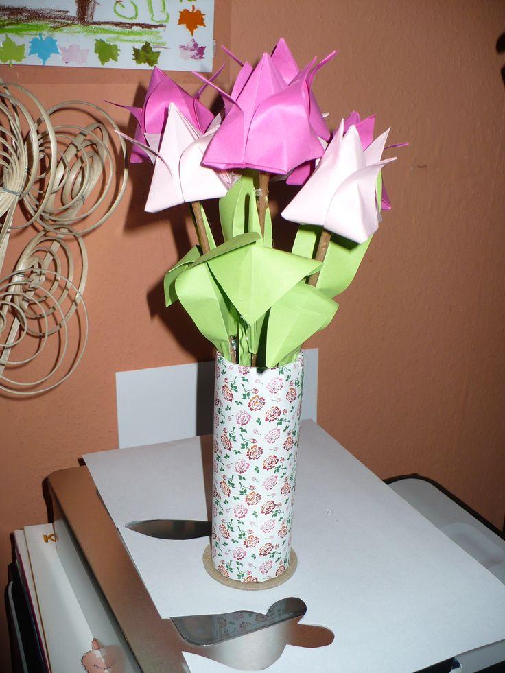 Fénymásoló papírhengeréből váza hajtogatott tulipánnal