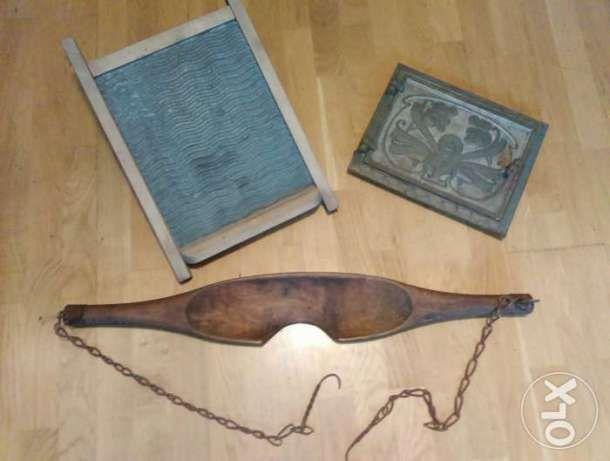 149 zł: Stare drewniane nosidło do czerpania wody, metalowa tara w drewnianej ramie i piękne żeliwne drzwiczki od pieca, cena za komplet.