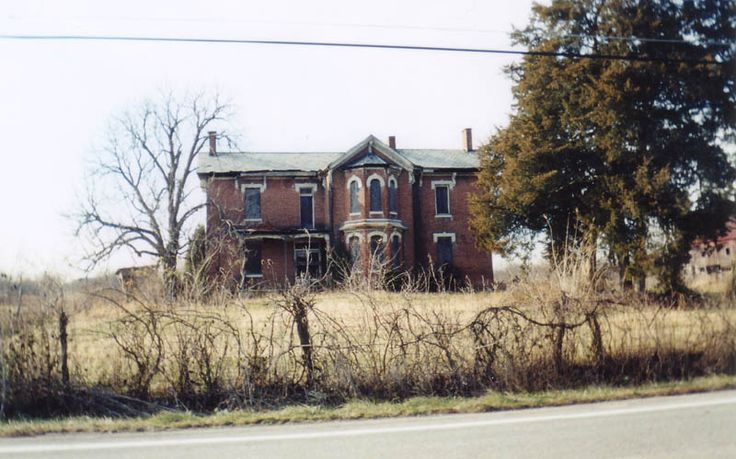 This old farmhouse is on State Route 104, just south of the place where it overpasses I-270 in southern Franklin County. It's actually part of the Columbus suburb of Grove City.