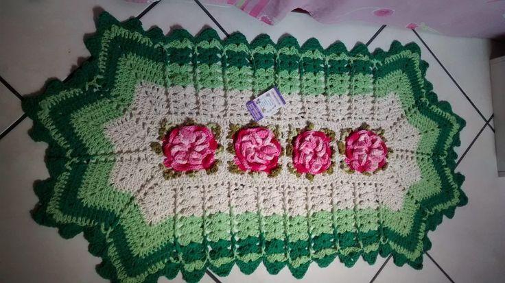 tapetes de barbante com flores rosa e contorno verde