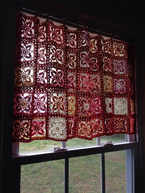 I am going to make this for my kitchen window! Ravelry: AuntieBecky's Freesia square curtain