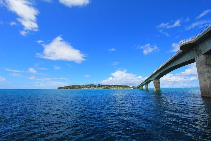 古宇利大橋から眺める海の風景は、沖縄でも指折りの美しさ 沖縄本島の中でも特に海が美しい北部エリア。その中でも今帰仁村にある古宇利島には澄みわたる海が広がり、透明度もピカイチだ。さらにその海の上に延びる古宇利大橋は、絶景スポットとして大人気。車で気軽に行ける離島・古宇利島の魅力を紹介する。
