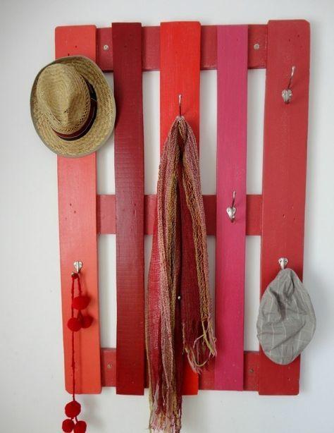 garderobe selber bauen rot bemalt holzpalette kleiderhaken