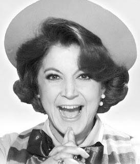 ΡΕΝΑ ΒΛΑΧΟΠΟΥΛΟΥ Ανεπανάληπτη κωμικός, ταλαντούχα σόουγουμαν και εξαιρετική τραγουδίστρια. Γεννήθηκε το 1923 στην Κέρκυρα και σπούδασε στο Ωδείο του Δραματικού Συλλόγου της γενέτειράς της, όπου έκανε και τις πρώτες της εμφανίσεις. Ανήλικη ακόμη, σε ηλικία δεκαέξι ετών, πρωτοδούλεψε ως επαγγελματίας σε ζαχαροπλαστείο στη Σπιανάδα.