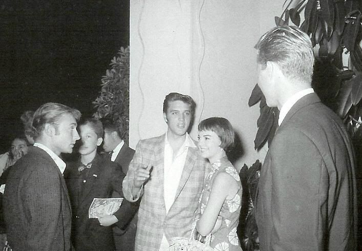 "Nick Adams, Elvis Presley and Natalie Wood are pictured attending the preview of Gary Cooper's ""Friendly Persuasion"" in Los Angeles, CA on Monday, September 10, 1956. Note the program in the boy's hands. (Thnx to drjohncarpenter on FECC Forum for the uncropped photo and the accompanying info.) Also see the following photos: https://www.pinterest.de/pin/380906080959409645/ and https://www.pinterest.de/pin/380906080963450106/"