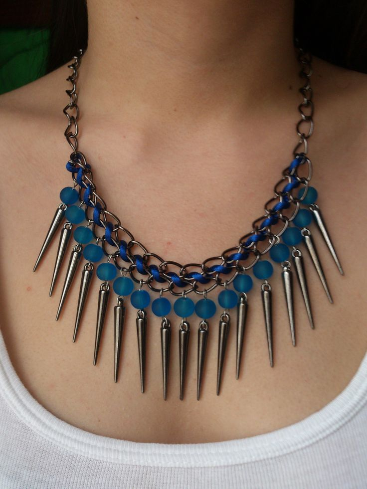 Collar en punta tonalidades en negro con azul