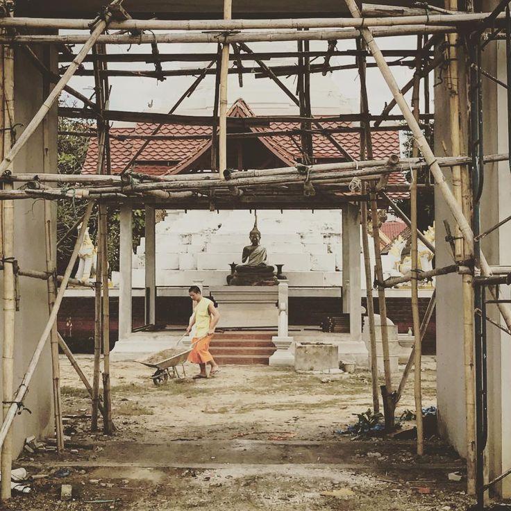 #buddha #buddhism #monk #buddhistmonk #tempel #buddhisttemple #buddhist #chiangmai #chiangmaitemple #buddhastatue #wheelbarrow #work #templelife #buddhistlife #hardwork #construction #constructionworker #constructionsite #gerüst #bamboo #bambooscaffolding #scaffolding #scaffold #thailand #thailandtravel @thailandinsider @thailandgram @amazingthailand @thailand