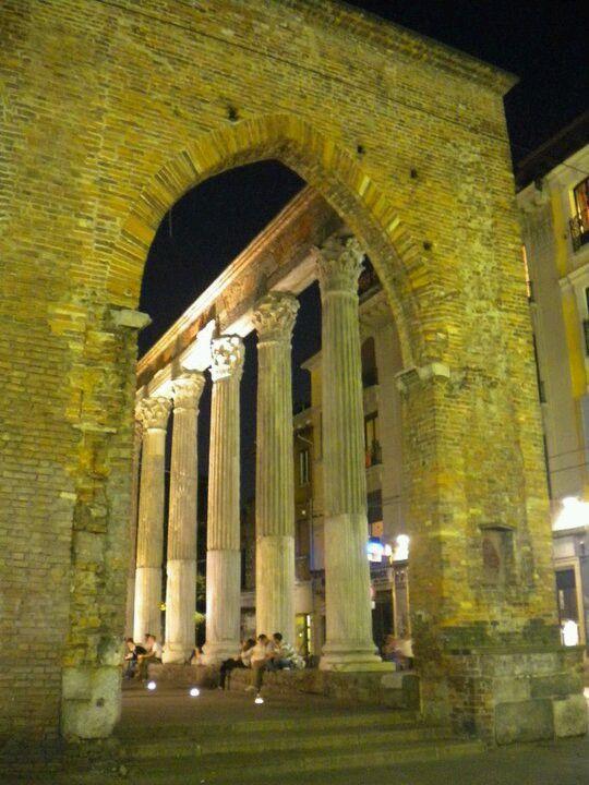 Visione notturna delle colonne di San Lorenzo. Milano, Italy