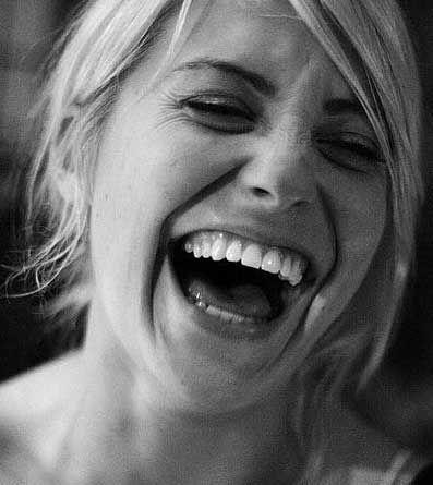 ¿Sabías que existen terapias donde te enseñan técnicas para reír de manera natural, que salga del corazón como la risa de los niños? Las carcajadas combaten todo tipo de enfermedades debido a la producción y liberación de sustancias bioquímicas en la risa.