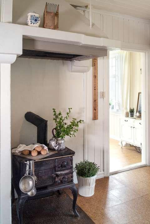 Da paret først flyttet inn, hadde de bare denne gamle vedkomfyren å lage mat på. Det tok fem timer å lage lasagne, ler Katrine.