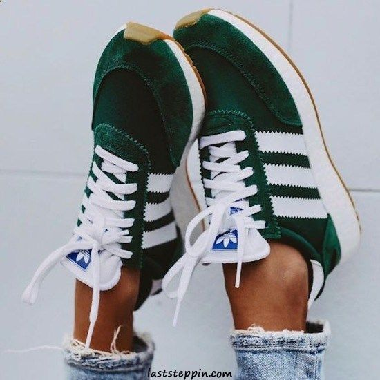 Outfit with green adidas sneakers | Chicisimo