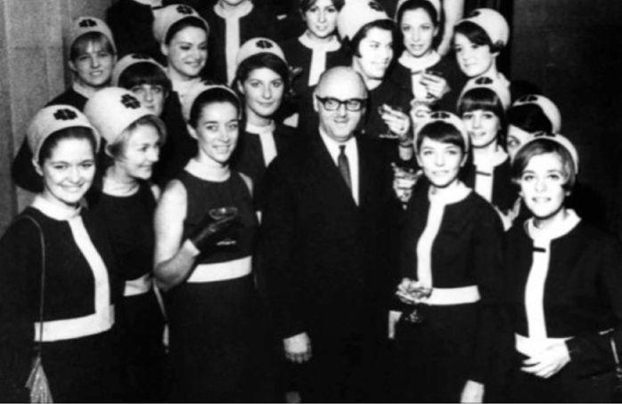 Expo 67, hôtesses du Pavillon du Québec. Création Serge et Réal. #modemtl #mode #designer #histoire #vitrinepvm #placevillemarie