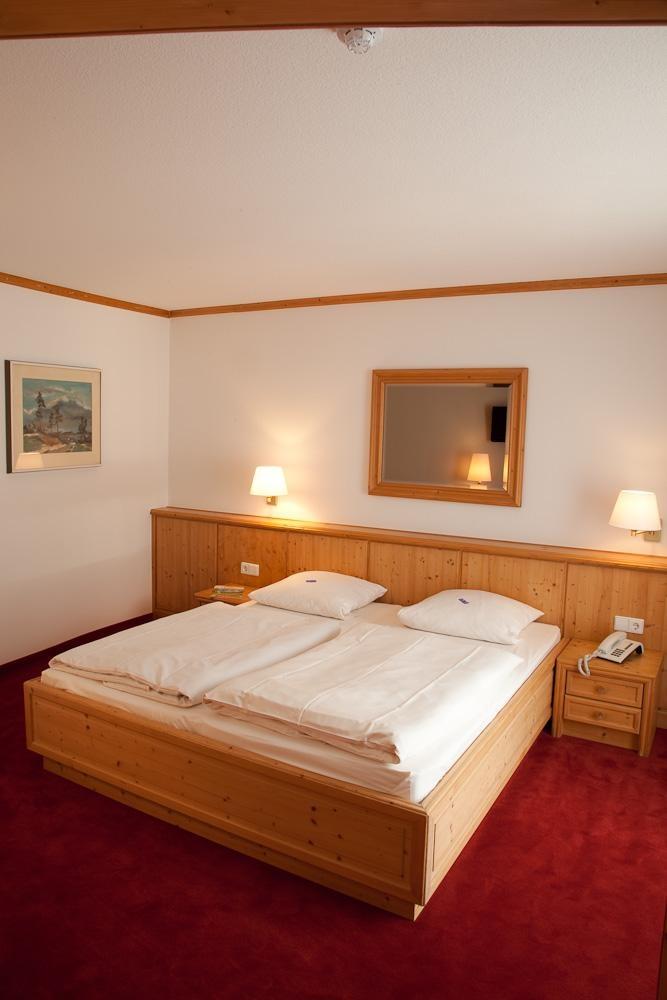 Unsere komfortablen Doppelzimmer laden durch ihre warme Atmosphäre zum Wohlfühlen ein. Sie sind mit Telefon, Flachbild-Fernseher und W-LAN ausgestattet. Die hellen Badezimmer verfügen über Dusche, WC, Fön sowie einen Kosmetikspiegel.