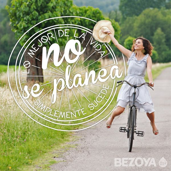 Lo mejor de la vida no se planea, simplemente sucede. #bezoya, happiness, felicidad, optimismo, positividad, frase, chica, girl, bicicleta, campo, motivación, frases, frases inspiradoras, frases motivadoras