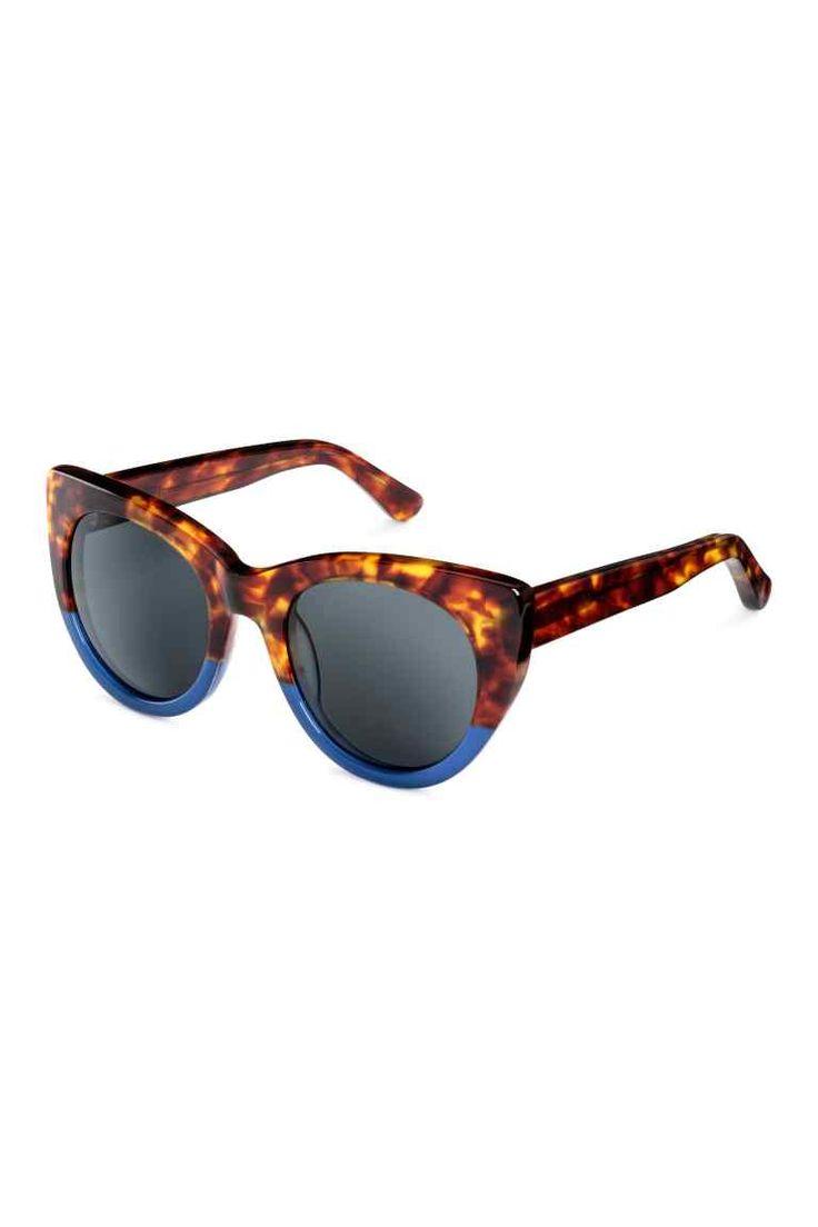 Óculos de sol: Óculos de sol com armação em plástico e lentes coloridas. Protecção UV.