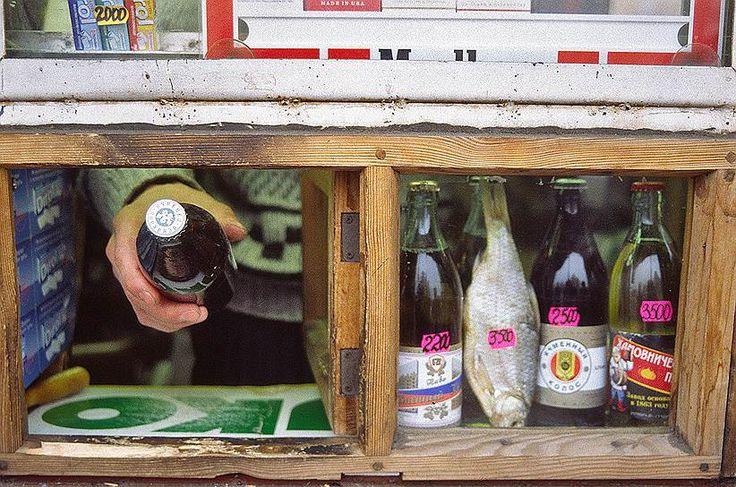В начале 1990-х торговцы открытых рынков стали открывать ларьки. Этот бизнес приносил больше прибыли — ларьки могли работать круглосуточно и независимо от погодных условий. Со временем на месте ларьков стали появляться и небольшие частные магазины