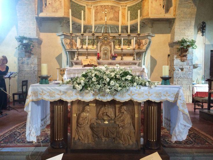 Pieve di Spaltenna- flower arrangment ar The altar - Castello di Meleto