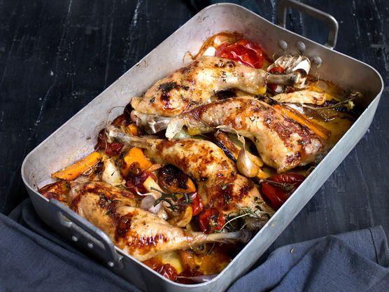 Enkel oppskrift på saftige, ovnsbakte kyllinglår med rotgrønnsaker og tomater. Server gjerne med en frisk salat og ris. Bruk gjerne Jacobs Utvalgte Lerstang kylling.