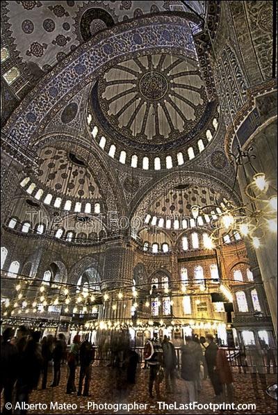 ツツツ By Alberto Mateo, Travel Photographer.The interior of the Blue Mosque (Sultan Ahmed), Istanbul, Turkey.
