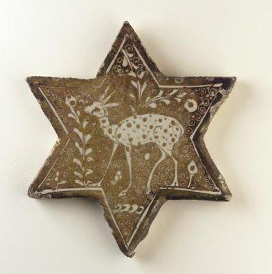 Kiremit | Menşei: İran | Dönem: 13'uncu yüzyılın başlarında Salucuk dönemi | Ayrıntılar: Onikinci ve onüçüncü yüzyıl boyunca insan ve hayvan imgeleri tüm medyaya nüfuz etti. Bu hassas biçimde sergilenen geyiğin anlamı ve işlevi belirsiz olmasına rağmen, yeni sanatsal hayranlığın altını çizer.