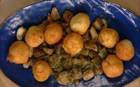 Scaldare l'olio di semi in una padella. Schiacciare le patate nello schiacciapatate.Raccogliere ...