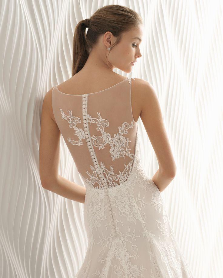 Vestido de novia estilo princesa de encaje pedrería y tul, con escote corazón y espalda efecto tattoo en color perla. Colección 2018 Rosa Clará.