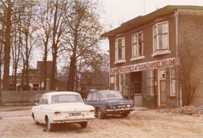 Amersfoort<br />Amersfoort: Het in 1970 afgebroken pand was voorheen café W.J. van Kolfschoten aan het Smallepad, ten tijde van de foto was Pluimvee, Kunstmest & Fouragehandel A. Klomp er gevestigd (1969)