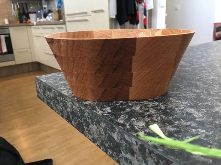 Eine selbstgemachte Schüssel aus Holz