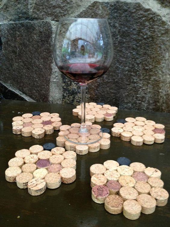 Porta copas elaborado con corchos de vino. Visita winenot.com.mx ó Facebook.com/winenot.com.mx: