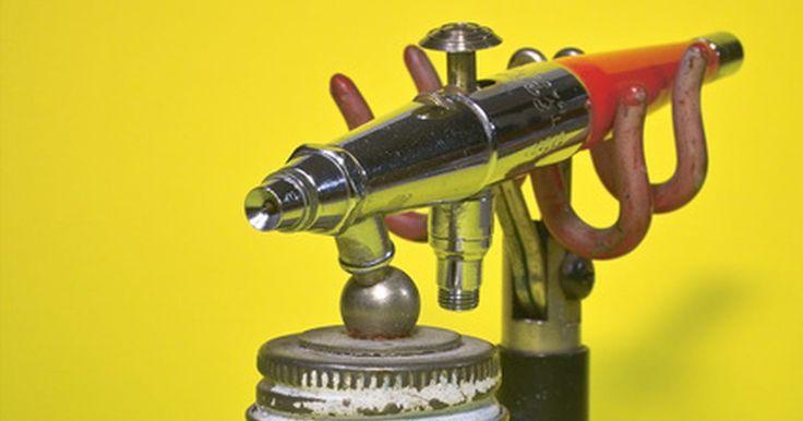 Tipos de pistolas de pintura. Las pistolas de pintura atomizan (separan en átomos individuales) la pintura líquida, lo que le permite ser utilizada en forma de aerosol. Mientras que las pistolas de aerosol se utilizan generalmente para pintar objetos más grandes, como los automóviles, donde se requiere la entrega precisa de acabados, pueden ser utilizadas para cualquier ...