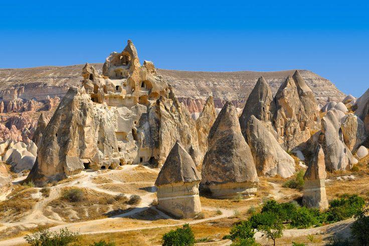 Au centre de la Turquie, les hauts plateaux d'Anatolie dévoilent un paysage insolite fait de grottes et de canyons, celui de la Cappadoce. Exploitée depuis des siècles par les hommes, les sites ont laissé de spectaculaires villes souterraines, des églises et monastères creusés dans la roche. A 320 km d'Ankara et 770 km d'Istanbul, l'aéroport de Kayseri se trouve à une heure de route des premiers sites.