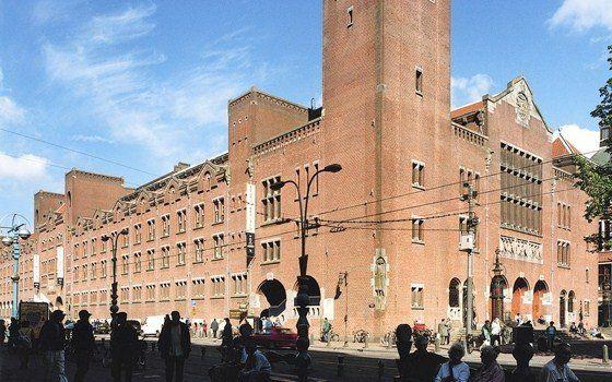 Архитектура здания биржи в Амстердаме, Нидерланды, по проекту архитектора Х.Берлаге (1898 — 1903 гг.) навеяна средневековьем. Но в интерьере используются открытые металлические фермы, которые вписались в старый интерьер, внеся черты современности.