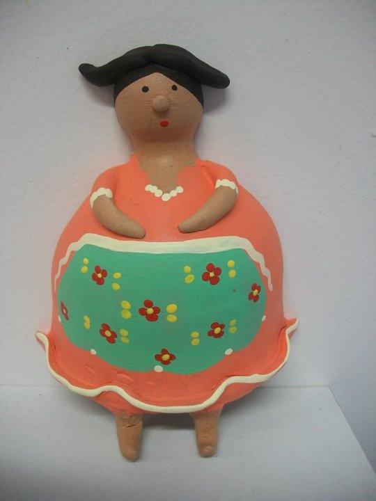 """""""comare"""" in terracotta portastrofinacci  altezza 16 cm.; modellata e dipinta a mano"""