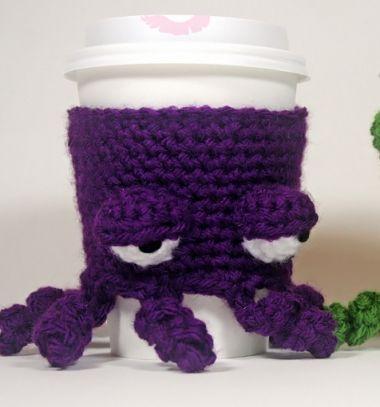 Crocheted grumpy octopus coffee cup cozy (with free corchet pattern) / Morcos horgolt polip - bögre melegítő (horgolásmintával) / Mindy