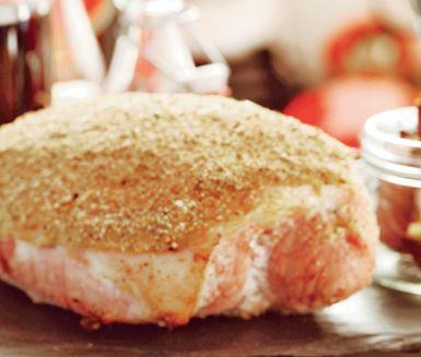 En underbar skinka med smak av jul finner du i denna kryddgriljerade julskinka. Rosta ströbröd, kryddnejlika, kryddpeppar och apelsinskal före du strör det över skinkan. Griljera i ugn och servera avsvalnad.