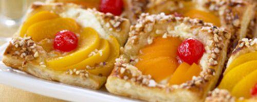 Helppo Pääsiäiswieneri syntyy voitaikinasta ja keltaisista säilykehedelmistä.