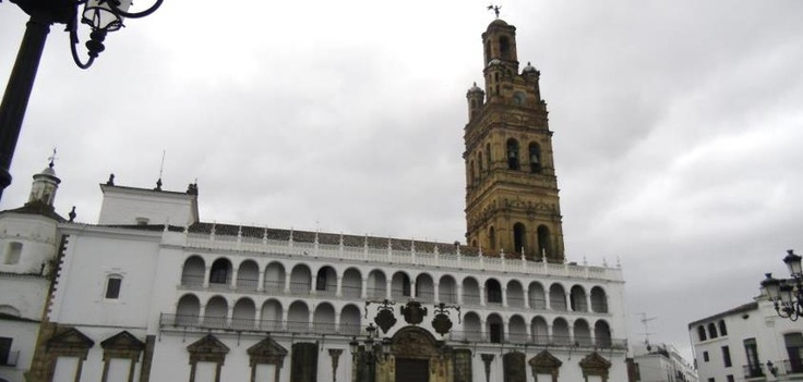 Torre de la Iglesia de Nuestra Señora de la Granada. La plaza mayor de Llerena es una de las más bonitas de Extremadura, junto con la de Trujillo, Zafra y Garrovillas.
