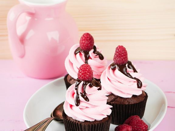 Schoko-Cupcakes mit rosa Topping ist ein Rezept mit frischen Zutaten aus der Kategorie Muffins. Probieren Sie dieses und weitere Rezepte von EAT SMARTER!