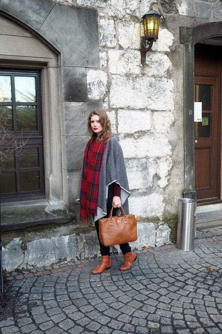 Fall Fashion Look with Chloé Susanna inspired Mango Boots, Tory Burch Bag, Globus Cape, H&M Sweater, TopShop Black Skinny Jeans and a cozy checked Scarf. Lipstick NYX, Falllook, Fall inspiration, Outfits inspiration, Outfit idea, How to style a cape