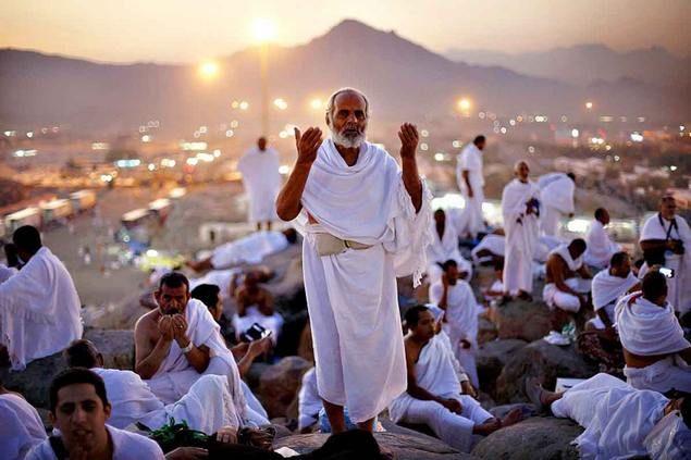 """Ayat Al-Quran Ini Turun di Hari Arafah yang Membuat Iri Bangsa Yahudi  [portalpiyungan.com]Arafah merupakan puncak dan inti ibadah Haji. Jutaan jamaah Haji dari seluruh pelosok dunia berkumpul wukuf di padang Arafah. Wukuf di Arafah merupakan rukun haji yang paling pokok. Nabi Muhammad Shallallahu alaihi wa sallam ditanya oleh sekelompok orang dari Nejed tentang haji maka beliau Shallallahu alaihi wa sallam menjawab :الحج عرفة """"Haji itu adalah Arafah."""" [HR. at-Tirmidzi no. 889 an-Nasâi no…"""