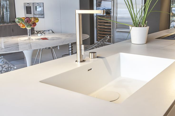 White #Corian worktop and sink, part of the #Boffi K14 kitchen on sale at Biagetti Design Store. Original price : €29.550,00. Our price: €17.700,00 (iva included). Transport and fitting not included. Description: cabinets finished in white lacquer; worktop and sink in white #Corian; sink in steel inox; stove Filotop Scholtes 3 fuochi acciaio inox ; dishwasher Siemens 2X6PR. For more information call us on +39 0544 461706 per saperne di più #cucina #sconti #saldi #design #homedecor