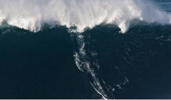 record_surf_vague, Garrett McNamara surfeur hawaïen de 43 ans a surfé une vague évaluée à 90 pieds (soit 27,4 mètres) à Praia Do Norte (Nazare – Portugal)