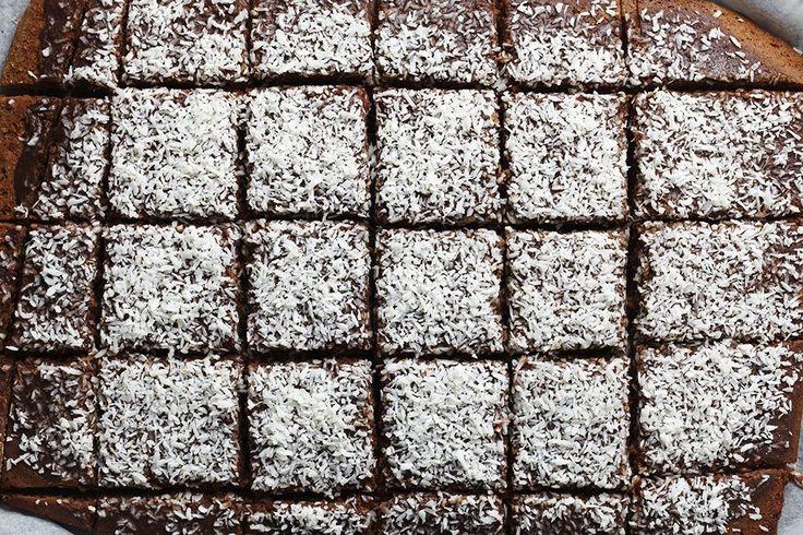 Kärleksmums, mockarutor eller snoddas - vad du än kallar det är det här det bästa receptet. Kaffe, choklad och kokos i kombination kan bara inte bli fel. Hur gott som helst och…